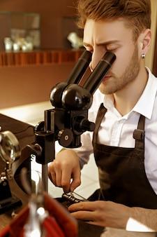 Jubiler bada klejnot pod mikroskopem