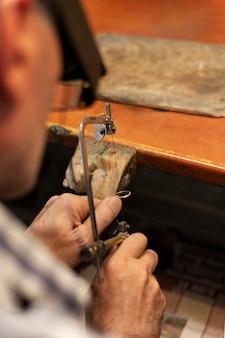 Jubiler pracujący sam w atelier
