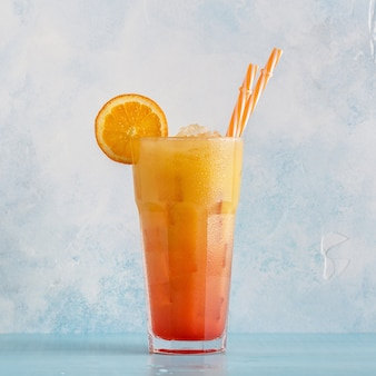 Juicy orange and red tequila sunrise z lodem