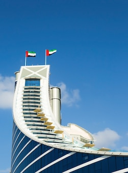 Jumeirah beach hotel, poprzedzony plażą
