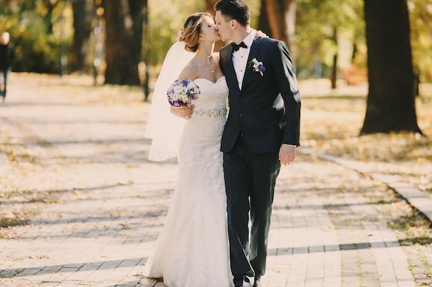 Just married całuje