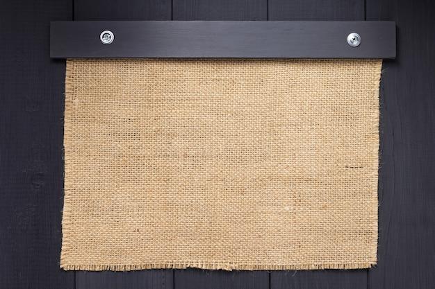 Juta hesja zwolniona tekstura na drewnianej powierzchni tła