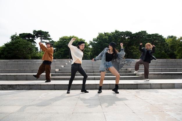 K-popowi stylowi ludzie na miejskiej scenie
