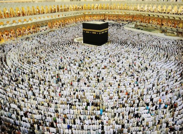 Kaaba w mekce, muzułmańscy ludzie modlący się razem w świętym miejscu