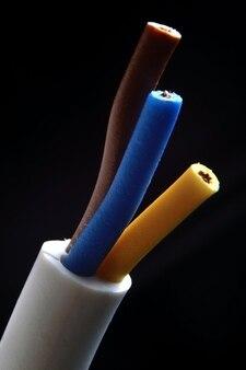 Kabel elektryczny trójżyłowy z izolacją brązową, niebieską i żółtą. makro