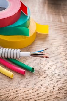 Kabel elektryczny w rolkach falistych z rur izolacyjnych z rur termokurczliwych na desce