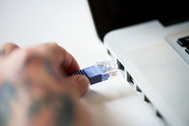 Kabel lan podłączony na laptopie