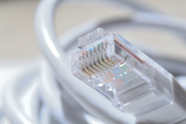 Kabel sieciowy lan biały ze złączem rj 45. zbliżenie.