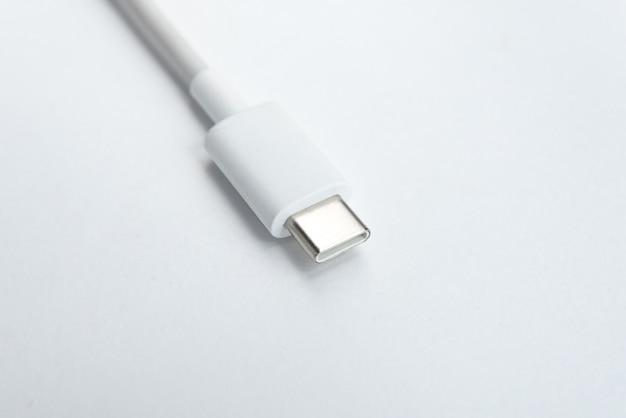 Kabel usb typu c na białym tle