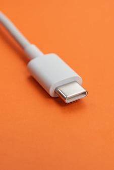 Kabel usb typu c na pomarańczowym tle
