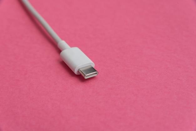 Kabel usb typu c na różowym tle