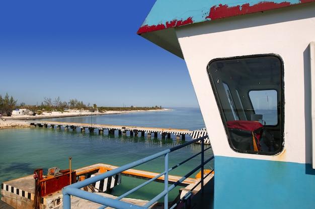 Kabina kontroli promem łodzi na morzu karaibskim