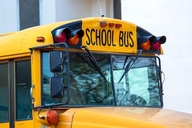 Kabina miejskiego autobusu szkolnego z bliska
