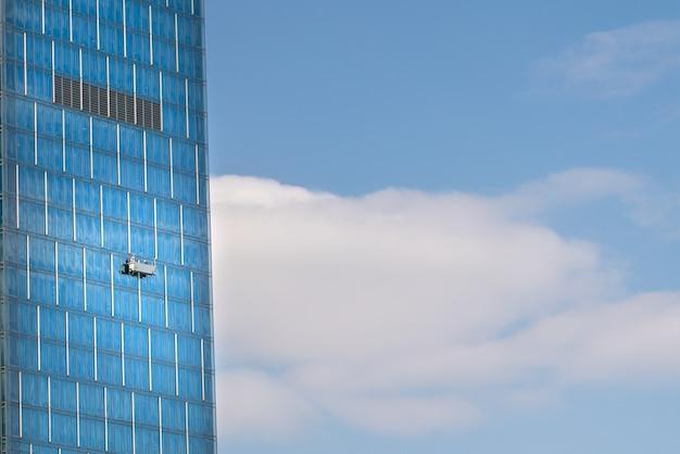 Kabina myjąca na wysokim wieżowcu