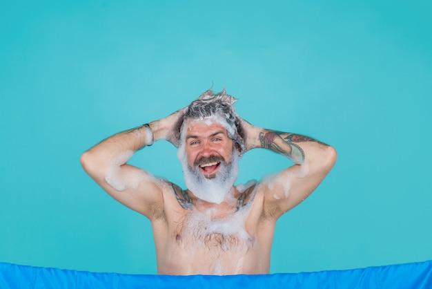 Kabina prysznicowa. brodaty mężczyzna w wannie. kąpiel. pielęgnacja włosów. mycie ciała. brodaty mężczyzna wziąć prysznic. pielęgnacja włosów. spa.