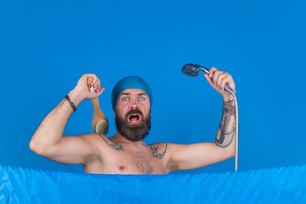 Kabina prysznicowa. brodaty mężczyzna z szczotką do ciała. kąpiel. pielęgnacja włosów. mycie ciała. brodaty mężczyzna wziąć prysznic. pielęgnacja włosów. spa.
