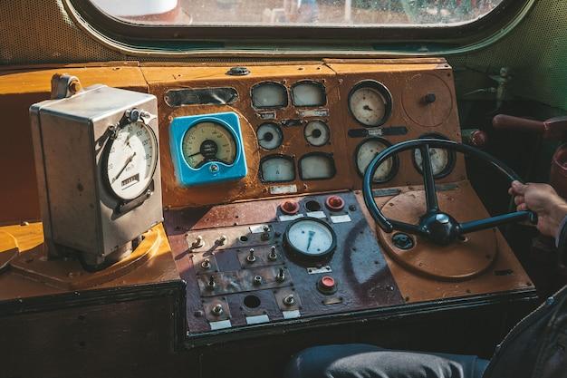 Kabina starej lokomotywy pociągu w kolorach niebieskim i czerwonym z ręcznym sterowaniem