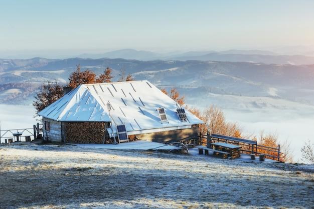 Kabina w górach w zimie.