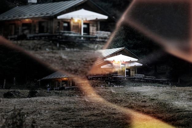 Kabina w nocy z efektem soczewki pryzmatycznej