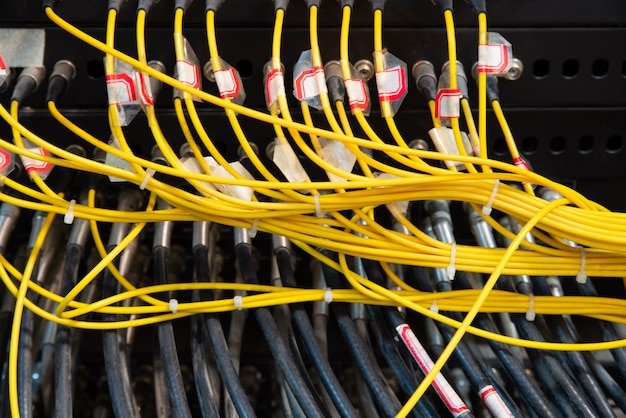 Kable sieciowe podłączone do przełączników sieciowych
