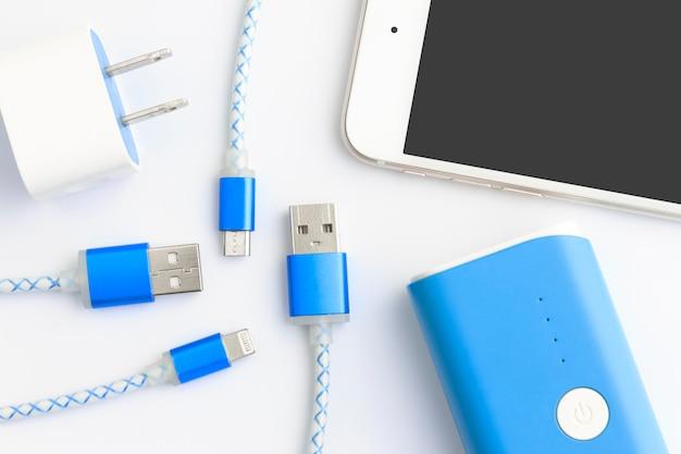 Kable usb do ładowania smartfona i tabletu w widoku z góry