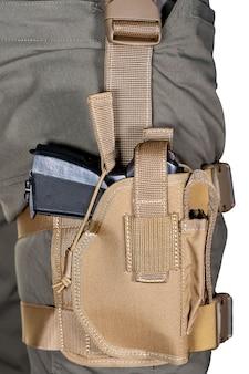 Kabura na nodze żołnierza. wojskowy uzbrojony w półautomatyczny pistolet. uzbrojony niebezpieczny żołnierz gotowy do wojny. członek policji swat