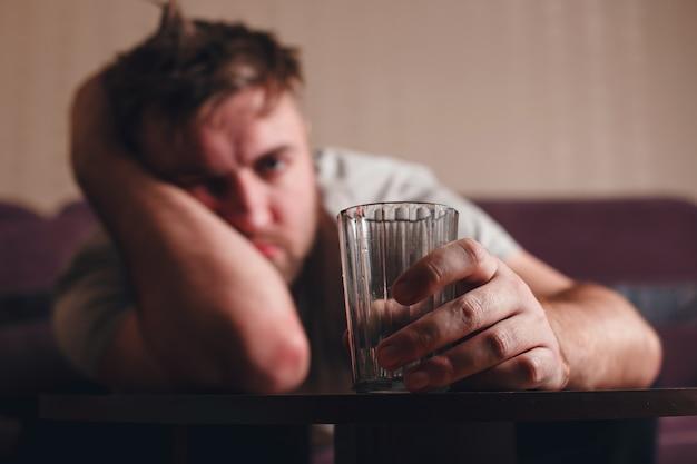 Kac przygnębiony mężczyzna po intensywnym piciu.