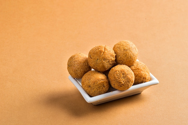 Kachori lub kachauri lub kachodi lub katchuri to pikantna przekąska, przekąski z herbatą i zieloną sałatą oraz keczupem pomidorowym