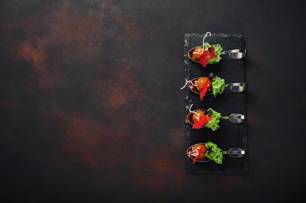 Kaczka galantyna nowoczesnej kuchni molekularnej w łyżki na tle kamienia i zardzewiały