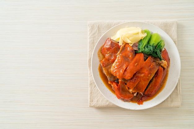 Kaczka po pekińsku lub kaczka pieczona w czerwonym sosie z grilla - po chińsku