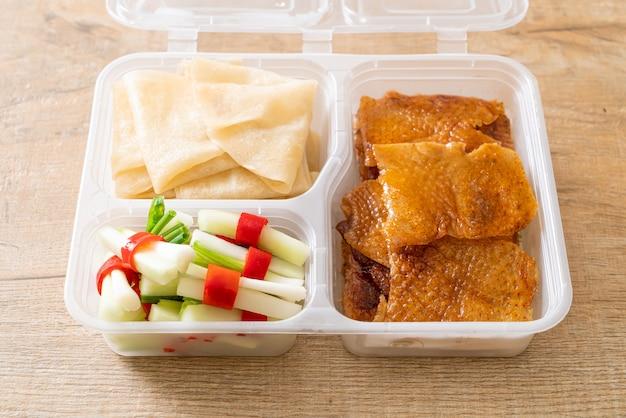 Kaczka po pekińsku w pudełku dostawczym - chińskie jedzenie