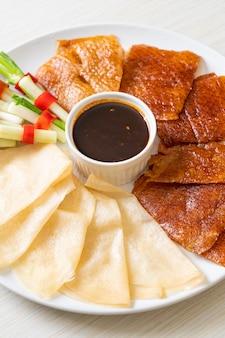Kaczka po pekińsku z sosem i dodatkami