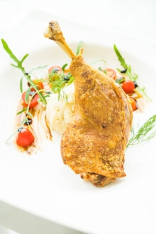 Kaczka z nogą smażoną z sałatką ziemniaczaną