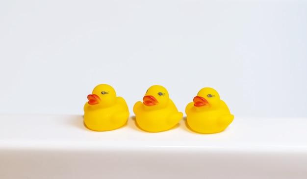 Kaczki do kąpieli maluszka w łazience