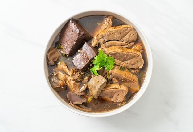 Kaczki duszone lub kaczka na parze z sosem sojowym i przyprawami - po azjatycką kuchnię