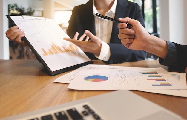Kadra kierownicza ds. kadry zarządzającej, pracująca nad nowym projektem, dyskusja i analizy danych osobowych, wykresy i wykres wyceny.