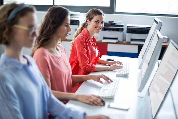 Kadra kierownicza pracująca na komputerze