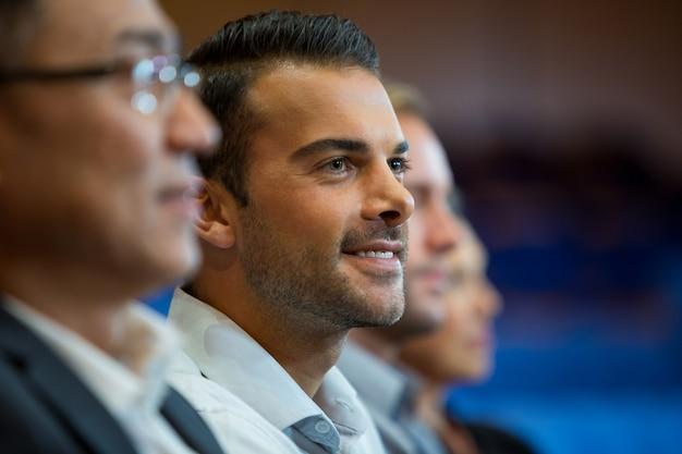 Kadra kierownicza słuchania mowy w centrum konferencyjnym
