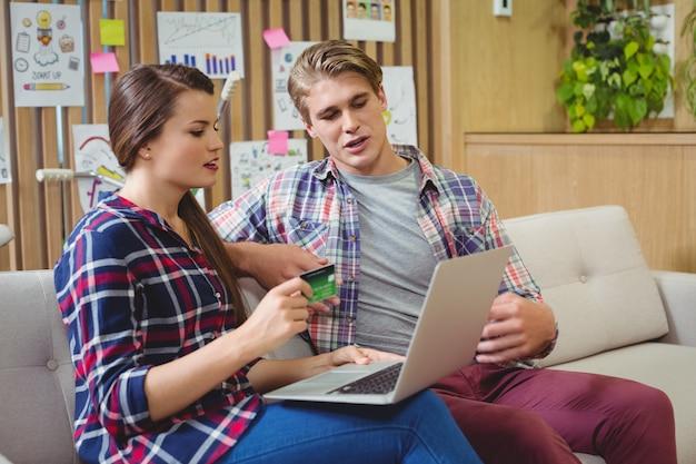 Kadra zarządzająca robi zakupy online na laptopie