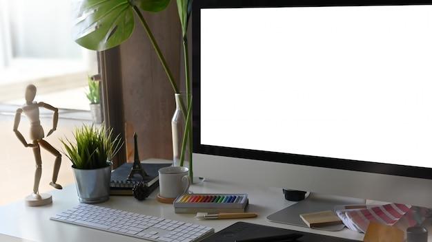 Kadrowane miejsce do pracy w biurze kreatywnym.