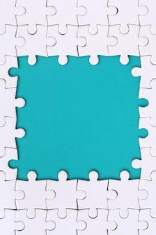 Kadrowanie w formie prostokąta, wykonane z białej układanki wokół niebieskiej przestrzeni