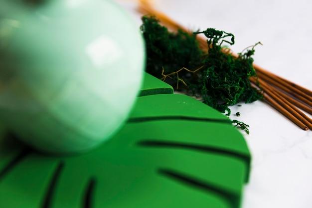 Kadzidełka z ziołami w pobliżu potwora liściastego