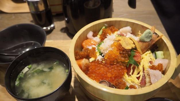 Kaisendon lub surowa ryba na ryżu pochodzi z uni, łososia, ikury, ebi, kraba, hotate. to japońskie jedzenie.