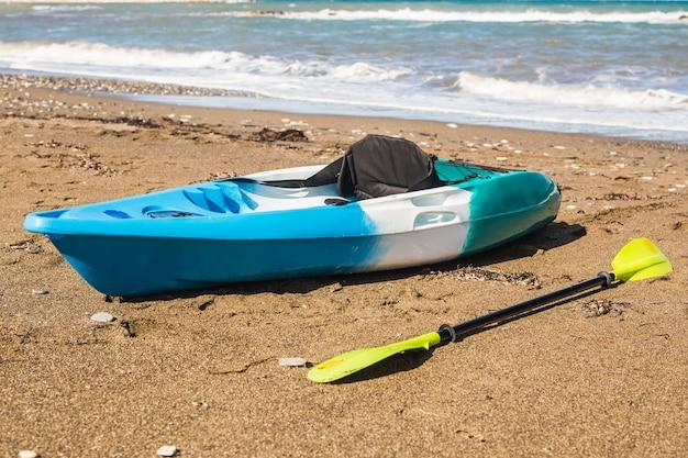 Kajak na tropikalnej plaży. aktywna koncepcja sportów wodnych