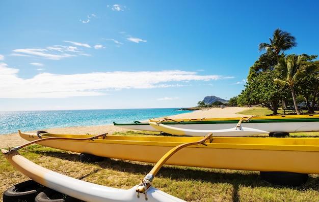 Kajak outrigger na hawajskiej plaży