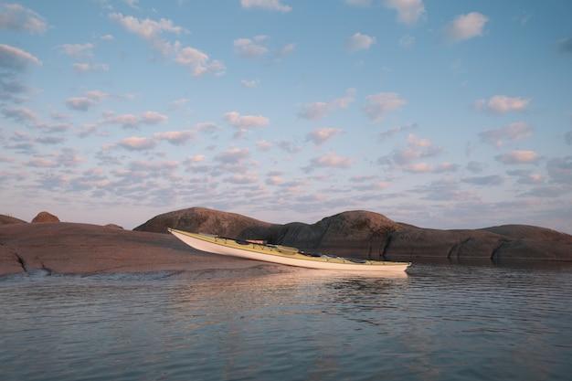 Kajak zacumowany do brzegu. malownicza lokalizacja