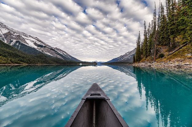 Kajakarstwo po jeziorze z chmurami altocumulus