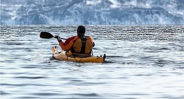 Kajakarz na łodzi na spokojnym morzu na kamczatce