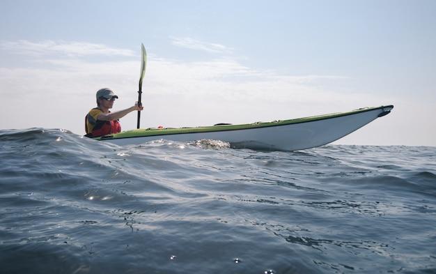 Kajakarz na pełnym morzu. motyw turystyki aktywnej