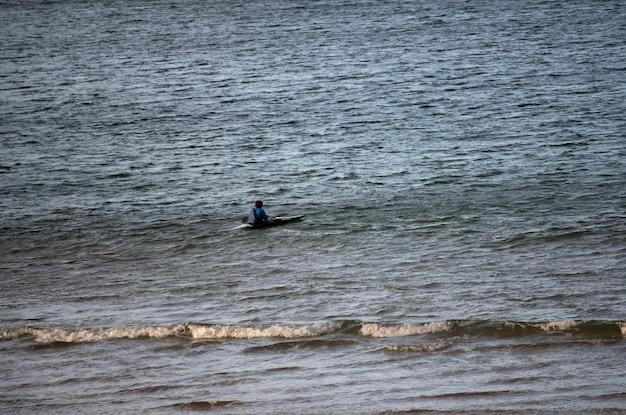 Kajakarz uprawiający sport na plaży